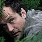 """Джъд Лоу е в ролята на Сам в трилъра на HBO и Sky """"Третият ден""""."""