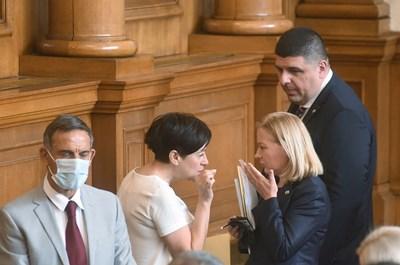 """Надежда Йорданова (вдясно) обсъжда санкциите по закона """"Магнитски"""" с Антоанета Цонева от ДБ"""