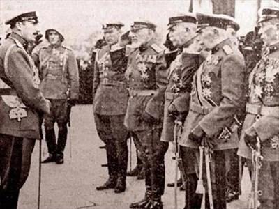 Цар Борис III и вече укротените генерали. СНИМКИ: АРХИВ