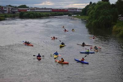 Туристите с канута и каяци убедиха зрителите,че Марица е плавателна река. Снимки: Авторът