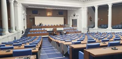 Пленарната зала е готова да посрещне депутатите.