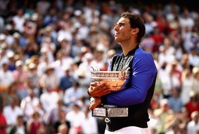 """Рафаел Надал празнува с трофея след успеха в мъжкия финал на """"Ролан Гарос"""" срещу Стан Вавринка. (Източник: JulianFinney/GettyImages)"""