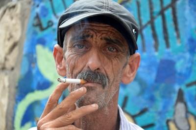 Бедните се тровят с цигари.  СНИМКА: РОЙТЕРС