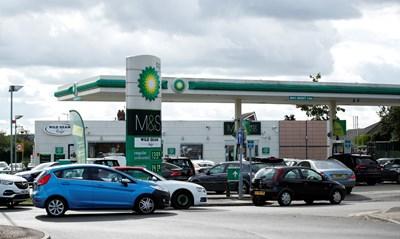 Опашки се вият пред много бензиностанции на Острова. СНИМКА: РОЙТЕРС