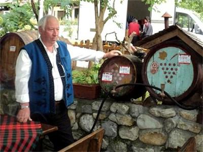 """Илия Гърчев от Мелник предлага """"любовно вино"""", което """"чупи легла"""". СНИМКА: АВТОРЪТ"""