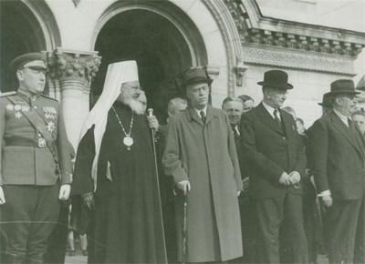 ТЪРЖЕСТВО: Екзарх Стефан заедно с маршал Бирюзов и регентите назначени от ОФ на манифестация по случай капитулацията на Германия.