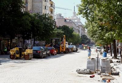 """Паветата бяха запазени по участъка от бул. """"Дондуков"""" между Министерския съвет и ул. """"Г. С. Раковски"""", в участъка до бул. """"В. Левски"""" ще има асфалт. СНИМКА: ДЕСИСЛАВА КУЛЕЛИЕВА"""