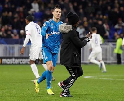 """Звездата на """"Ювентус"""" Кристиано Роналдо се опитва да спре млад фен на стадиона в Лион, който иска да си направи селфи с нападателя по време на мача на 26 февруари, завършил 1:0 за домакините."""