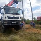 """Екипът на """"ЕРП-Север"""" възстановява повредените стълбове."""