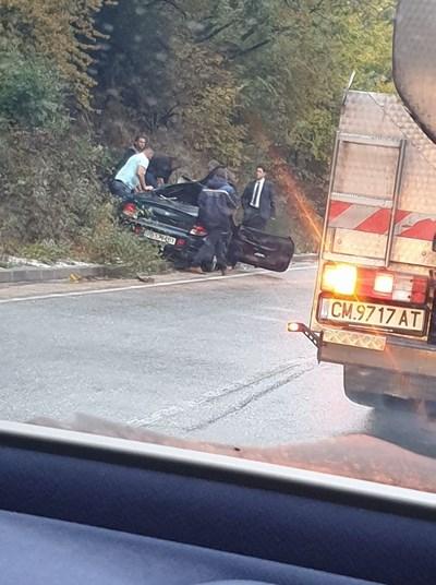 """Автомобилът """"Хюндай"""" е смачкан при катастрофата, а шофьорът ме у тежко ранен.  СНИМКА: I see you KAT Смолян"""