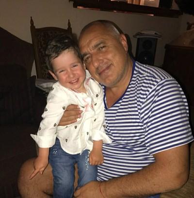 Бойко Борисов с първородния си внук на 1 юни тази година. Това е първата снимка на малкия Бойко с къса коса - до втория си рожден ден детето бе с дълги къдри. СНИМКА: Фейсбук