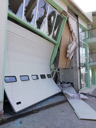 Камионът се е спрял в желязна врата, която от удара се е огънала. СНИМКА: Авторката