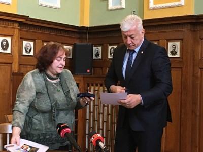 Соня Киркова връчва отличията на Здравко Димитров.