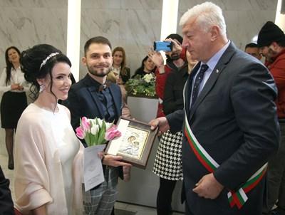 Кметът на Пловдив Здравко Димитров бракосъчета Кристина и Николай и им подари икона на Богородица с младенеца, за да ги закриля СНИМКА: ЕВГЕНИ ЦВЕТКОВ