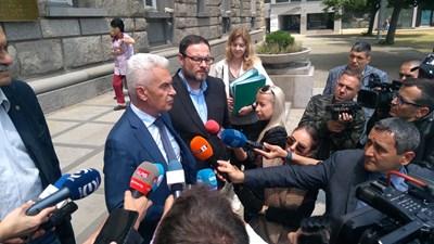 """Волен Сидеров пред медиите малко преди да влезе в ЦИК за регистрация на партията си """"Атака"""" на предстоящите избори."""