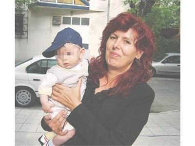Йорданка с 8-месечното си внуче от малкия син Веселин  СНИМКА: АРХИВ