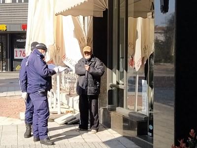 Полицаи любезно предупредиха възрастен пловдивчани, които бе излязъл да си пие кафето на припек в центъра. Снимки: Радко Паунов.