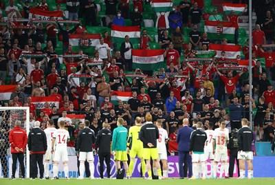 Унгарските национали благодарят на публиката си в Мюнхен след отпадането от европейското. СНИМКА: РОЙТЕРС