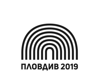 Оригиналът на логото и фалшивата дорисувана емблема (долу)