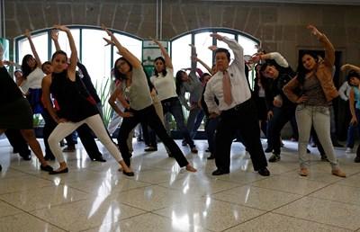 """Мексиканци играят гимнастика за влизане във форма. Упражненията водят до по-здравословно """"складиране"""" на мазнините.  СНИМКИ: РОЙТЕРС"""