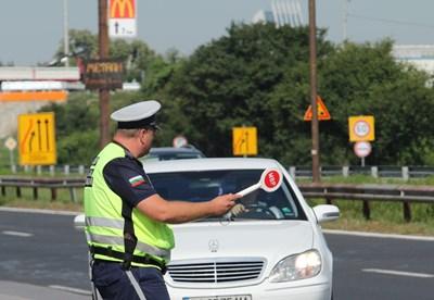 Полицаи спират кола за проверка.  СНИМКА: БЛАГОЙ КИРИЛОВ