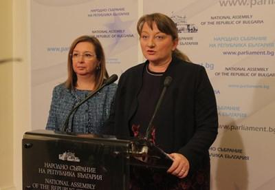 Деница Сачева опита да успокои страстите преди заседанието на парламентарната социална  комисия. СНИМКА: Румяна Тонeва