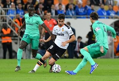 """Феран Торес дриблира между защитниците на """"Реал"""" (Мадрид) Ферлан Менди (вляво) и Серхо Рамос (вдясно) СНИМКА: РОЙТЕРС"""