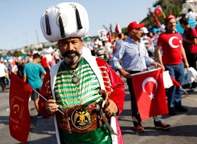 Участник в митинга се е облякъл в османски дрехи. СНИМКИ: РОЙТЕРС