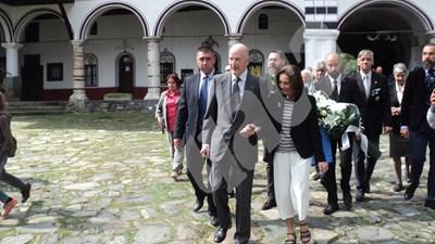 Симеон Сакскобургготски пристигна в Рилския манастир със съпругата си Маргарита. СНИМКИ: Аторката СНИМКА: 24 часа