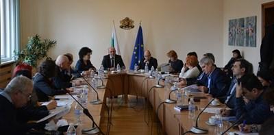 Социалният министър Бисер Петков събра синдикати и работодатели на среща.