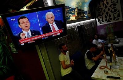 Кадър от тв дебата между Бинали Йълдъръм и Екрем Имамоглу СНИМКА: Ройтерс