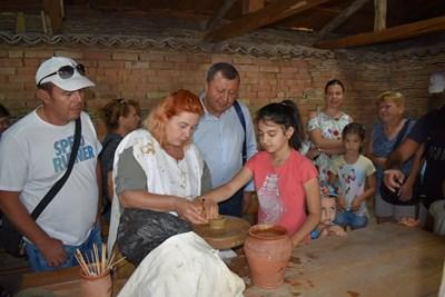 Деца опитаха древните занаяти в Античния керамичен център