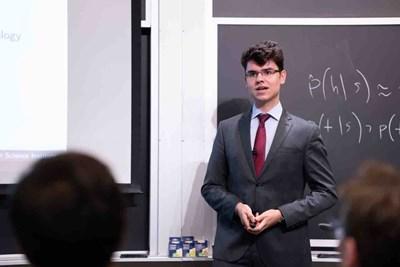 Димитър Чакъров презентира разработката си пред жури и публика в Масачузетския технологичен институт. СНИМКА: Личен архив