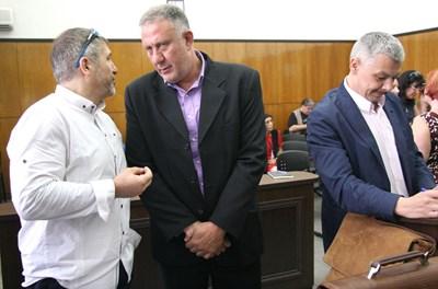 Д-р Иван Димитров (в средата) с двамата си адвокати Георги Кутрянски и Гено Василев