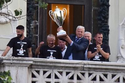 Кметът Здравко Димитров първи вдигна Купата на България на терасата. Снимки: Авторът