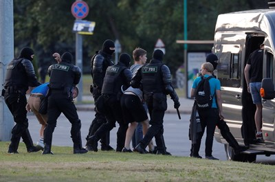 Беларуската полиция отново използва сълзотворен газ, за да разпръсне протестиращите в Минск СНИМКИ: Ройтерс