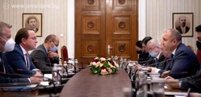 Румен Радев разговаря с еврокомисаря по съседство и разширяване Оливер Вархеи (вляво) снимка пресслужба на президента