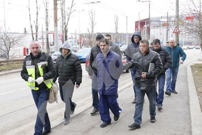 Полицаи водят Свилен Велев към блока СНИМКИ: Пиер Петров СНИМКА: 24 часа