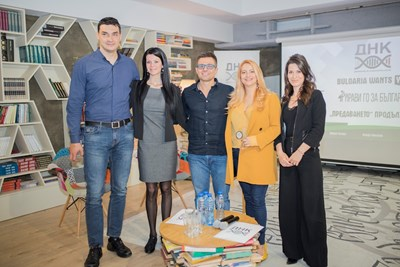 """От ляво на дясно: Владимир Николов, Мария Янева от фондация """"Искам бебе"""", Андрей Арнаудов, Нели Хаджийска и Моника Иванчовска от ДНК."""