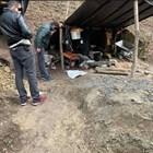 Бивакът и техниката на иманярите, които търсели съкровището на Алтънлъ Стоян войвода в Руенския Балкан.  СНИМКИ: МВР