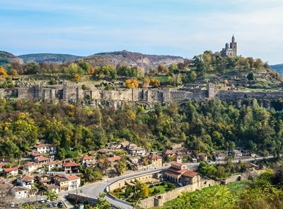 """Хълмът Царевец във Велико Търново с крепостта е една от най-значимите исторически забележителности на България. Това е и мястото, на което се провежда традиционният оперен фестивал """"Сцена на вековете""""."""