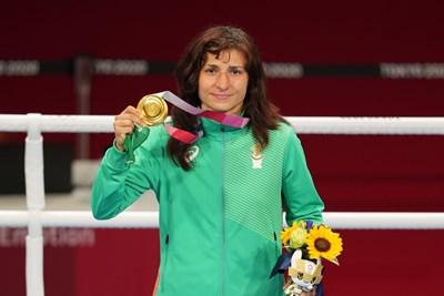 Стойка Кръстева със златния си олимпийски медал от игрите в Токио СНИМКА: ЛЮБОМИР АСЕНОВ, LAP.BG