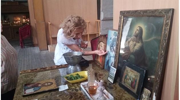Чудо! От пет икони в Шумен капе миро
