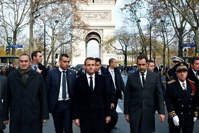 Еманюел Макрон оглежда щетите край Триумфалната арка СНИМКА: Ройтерс