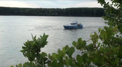 От няколко часа катер на гранична полиция издирва тялото на 14-годишно момче изчезнало във водите на Дунав край Силистра СНИМКА: Авторката