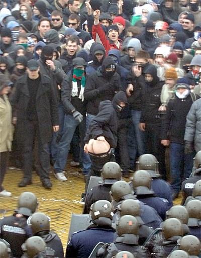 Маскирани младежи предизвикват полицията на протест през януари 2009 г. СНИМКА: Румяна Тонeва