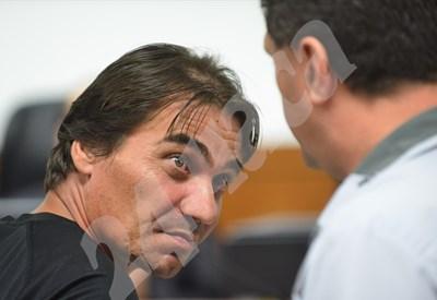 Иво Нацев разговаря с адвоката си в съда. Снимки: Йордан Симеонов СНИМКА: 24 часа