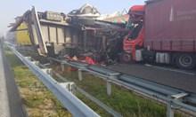 """22 тира са се ударили на """"Марица"""", 2-ма убити и 6-има ранени (Снимки)"""
