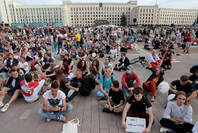 Противници на Лукашенко организираха седящ протест. СНИМКА: РОЙТЕРС