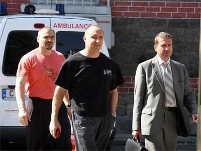 """Пламен Галев и Ангел Христов (вляво) ще чакат 3 дни присъдата на съда. Вдясно - адвокат Менко Менков.  СНИМКА: """"24 ЧАСА"""""""